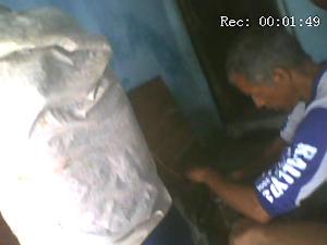 Comerciante retira gasolina de tambor em Galante, PB (Foto: Reprodução/TV Paraíba)