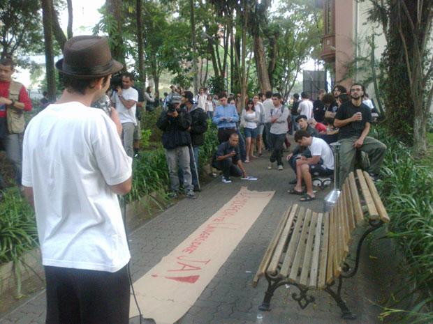 Estudantes falam sobre democracia e discriminalização da maconha na PUC, em São Paulo (Foto: Ana Carolina Moreno)