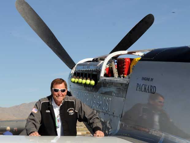 Jimmy Leeward ao lado do avião com que se acidentou, em foto de 15 de setembro de 2010 (Foto: AP)