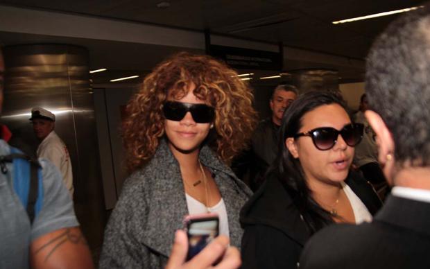 A cantora Rihanna sorri para fãs no Aeroporto Internacional de Guarulhos nesta sexta-feira (16) (Foto: Orlando Oliveira/AgNews)