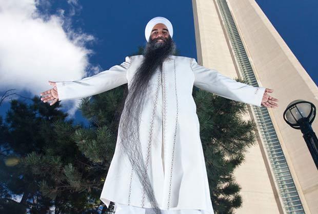 O indiano Swaran Singh, que mora em Surrey, no Canadá, é dono da maior barba do mundo. Do queixo até a ponta dos fios, ela mede 2,37 metros. (Foto: Reprodução/Guinness)