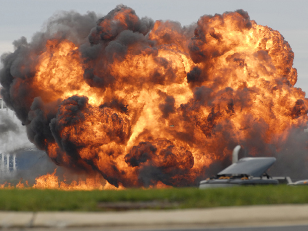 Monomotor T-28 explodiu ao cair durante exibição aérea em Martinsburg, no estado norte-americano da Virgínia Ocidental (Foto: AP Photo/Journal Newspaper, Ron Agnir)