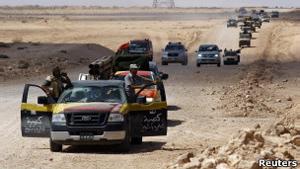 Combatentes anti-Kadhafi se dirigem a Sirte (Foto: Reuters / via BBC)