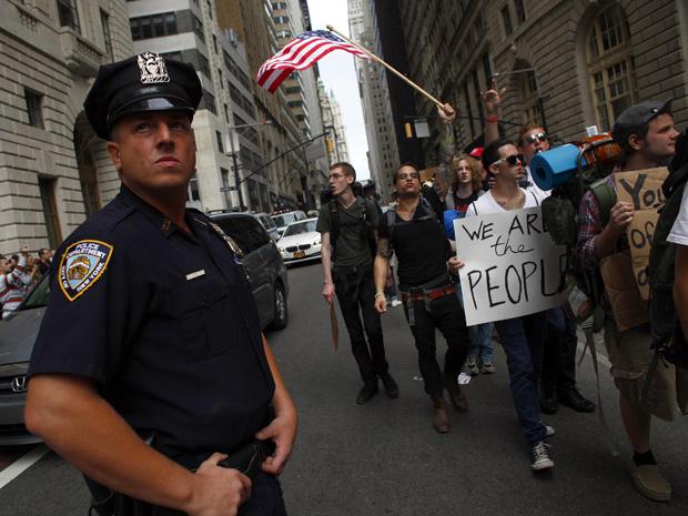Manifestantes foram vigiados de perto pelos policiais em Wall Street (Foto: Reuters / Eric Thayer)