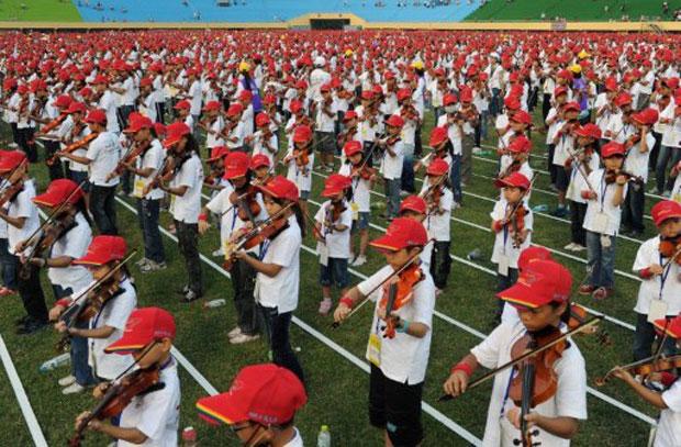 Crianças quebram recorde ao tocar violino juntas em Taiwan (Foto: Sam Yeh/AFP)