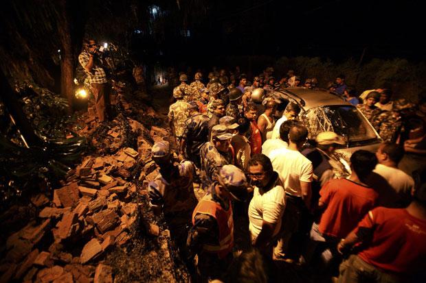 Equipes de resgate removem escombros de parte da embaixada do Reino Unido no Nepal que desabou em cima de um carro (Foto: Navesh Chitrakar/Reuters)