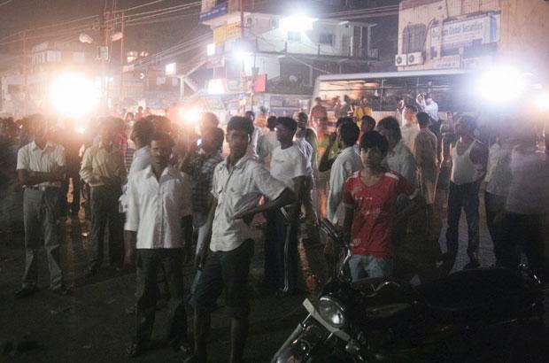 Indianos saem para as ruas após terremoto (Foto: Reuters)
