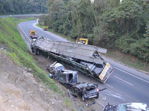 Carros ficaram totalmente destruídos (Foto: N. Rodrigues/Agência Estado)