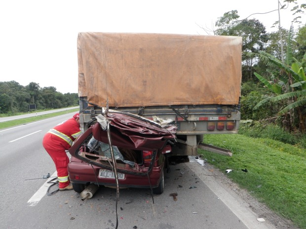 Condutor do carro bateui na traseira do caminhão, que estava parado no acostamento, segundo a PRF. (Foto: Divulgação Polícia Rodoviária Federal (PRF))
