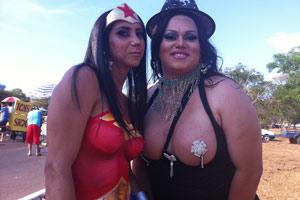As amifas Elen Silva e  Mônica Ferreira de Carvalho na Parada Gay de Brasília (Foto: Rafaela Céo / G1)