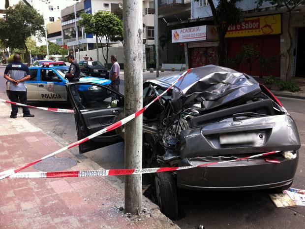 Carro atingido por ônibus desgovernado na manhã deste domingo (18) em Botafogo (Foto: Bernardo Tabak/G1)