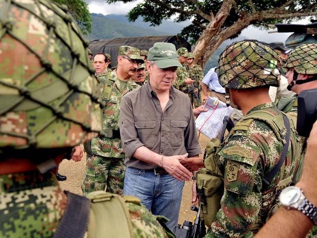 Juan Manuel Santos cumprimenta militares em Marquetalia (Foto: Felipe Ariza / Pres.da Colômbia / Divulgação / via BBC)