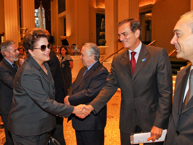 A presidente Dilma Rousseff é cumprimentada na chegada ao Hotel Waldorf Astoria, onde ficará hospedada (Foto: Roberto Stuckert Filho / Presidência)