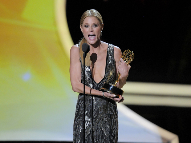"""Julie Bowen recebeu o primeiro prêmio Emmy da noite, como melhor atriz coadjuvante em série de comédia por """"Moden Family"""" (Foto: Mark J. Terrill/AP)"""