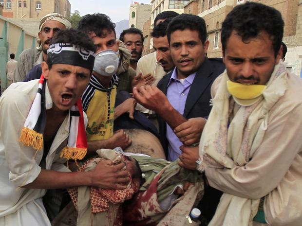 Manifestantes carregam um ferido nas ruas da capital Sanaa (Foto: Reuters / Khaled Abdullah)