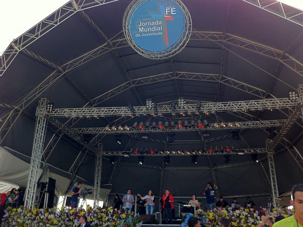 Artistas católicos se revezam em palco no Campo de Marte  (Foto: Letícia Macedo/ G1)
