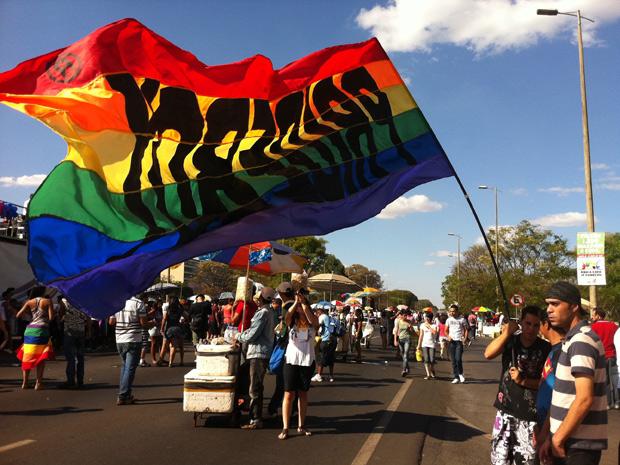 Concentração da Parada Gay que acontece neste domingo em Brasília (18). Cinco trios elétricos participam do evento, que pretende reunir 40 mil pessoas de acordo com a organização. (Foto: Rafaela Céo / G1)