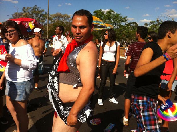 Participante da Parada gay exibe fantasia (Foto: Rafaela Céo / G1)