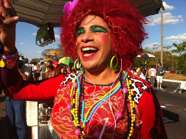 Participante da Parada Gay de Brasília se fantasia de Valéria Vasques, do programa humorístico 'Zorra Total' (Foto: Rafaela Céo / G1)