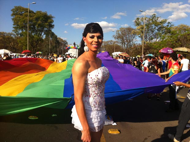 Participante da Parada Gay mostra fantasia (Foto: Rafaela Céo / G1)