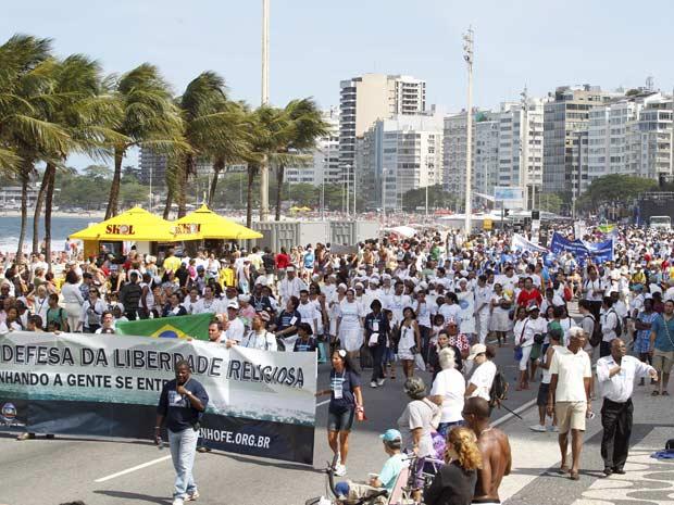 Caminhada religiosa em Copacabana (Foto: Fabio Rossi / Agência O Globo)