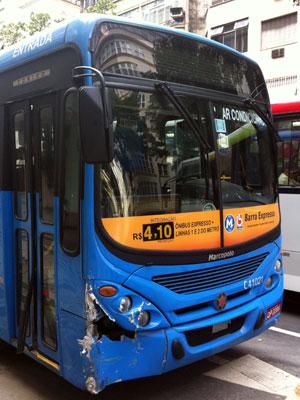 Ônibus avariado que foi roubado no Terminal Alvorada na manhã deste domingo (18) (Foto: Bernardo Tabak/G1)