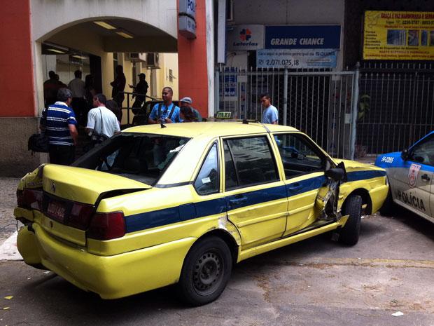 Táxi destruído por ônibus desgovernado está estacionado em frente à delegacia de Copacabana, onde o caso foi registrado (Foto: Bernardo Tabak/G1)