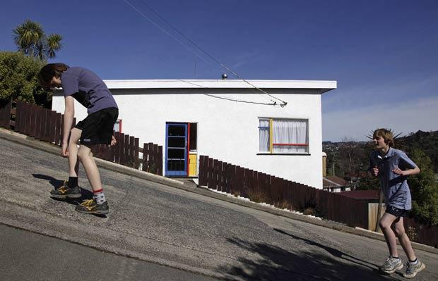Competidor mostra desgate durante a subida da rua. (Foto: Stefan Wermuth/Reuters)