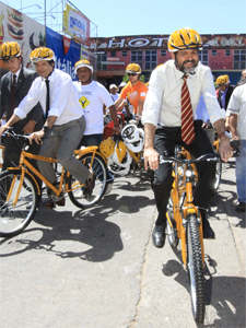 """Governador Agnelo Queiroz anda de bicicleta durante lançamento do """"Caminho da escola"""" (Foto: Divulgação)"""