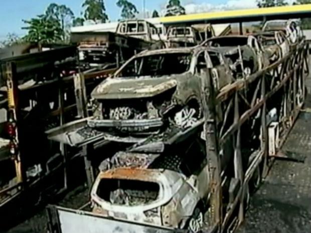 Carretas que sairam do ES foram incêndiadas em Campos, no Rio (Foto: Reprodução/ InterTV)