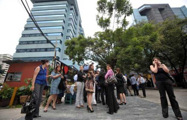 Funcionários deixam prédios após tremor ser sentido na Cidade da Guatemala nesta segunda-feira (19) (Foto: AFP)