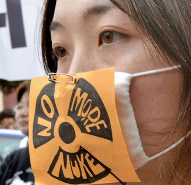 Cerca de 60 mil pessoas, incluindo o vencedor do prêmio nobel Kenzaburo Oe, se reuniram para protestar nesta segunda (Foto: Yoshikazu Tsuno/AFP )