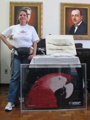 Solange de Jesus é colecionadora de objetos de aviação (Foto: Gabriela Gasparin/G1)