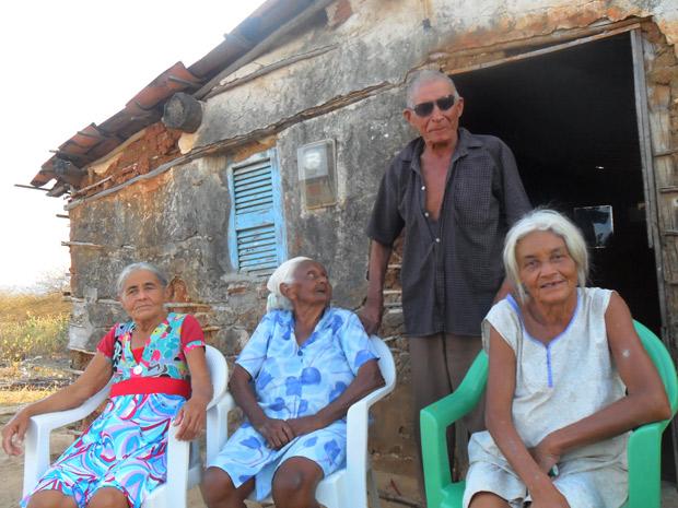 Luiz Costa de Oliveira, 90 anos, com as três mulheres, na frente de casa, em Campo Grande (Foto: Júnior Liberato/Arquivo Pessoal)