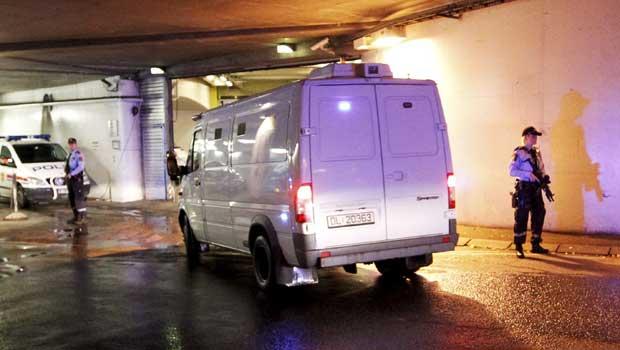 Carro com o atirador chega nesta segunda-feira (19) para audiência em tribunal de Oslo, capital da Noruega (Foto: AP)