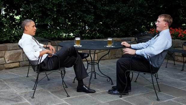 O presidente dos EUA, Barack Obama, toma cerveja com o militar reformado Dakota Meyer no pátio fora do Salão Oval da Casa Branca, em 14 de setembro (Foto: Reuters)