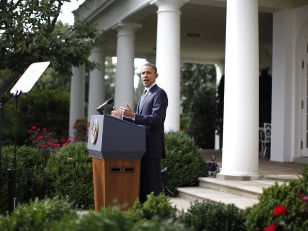 Barack Obama fala sobre medidas para reduzir o déficit dos EUA nos jardins da Casa Branca nesta segunda-feira (19). (Foto: Jason Reed/Reuters)