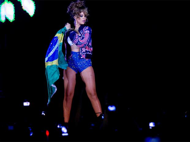 Rihanna levou a bandeira brasileira ao palco (Foto: Pedro Silveira/ G1)
