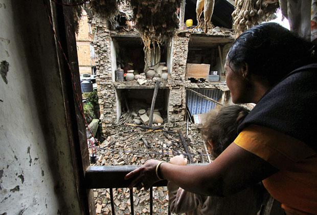 Mulher observa escombros após tremos em Katmandu, no Nepal  (Foto: Niranjan Shrestha/AP)
