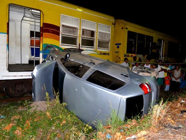 Trem bate em carro que é arrastado por 100 metros na Paraíba (Foto: Walter Paparazzo/G1 PB)