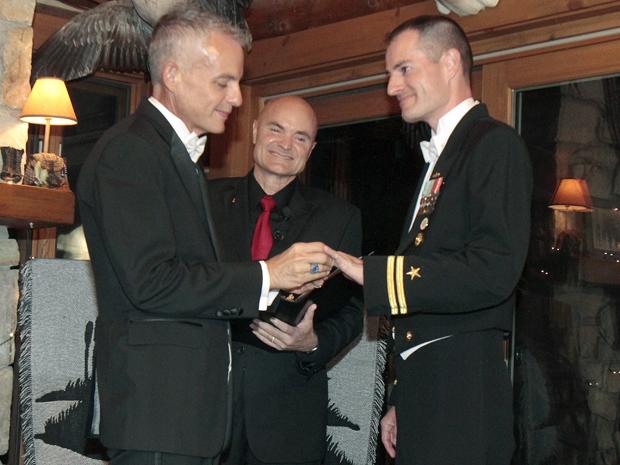 Tenente gay da Marinha americana se casa após queda do 'Don't ask, don't tell' (Foto: Toby Talbot/AP)