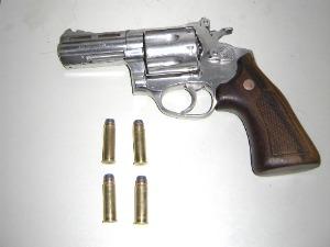 Revólver totalmente municiado foi encontrado com suspeito, diz Polícia (Foto: Polícia Militar/ Divulgação)