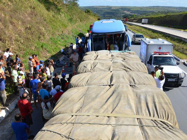 Caminhão carregava 30 toneladas de cimento (Foto: Walter Paparazzo/G1 PB)