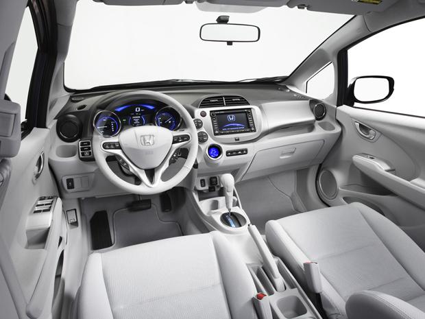 Interior do automóvel é bem clean, compredominância da cor branca (Foto: Divulgação)