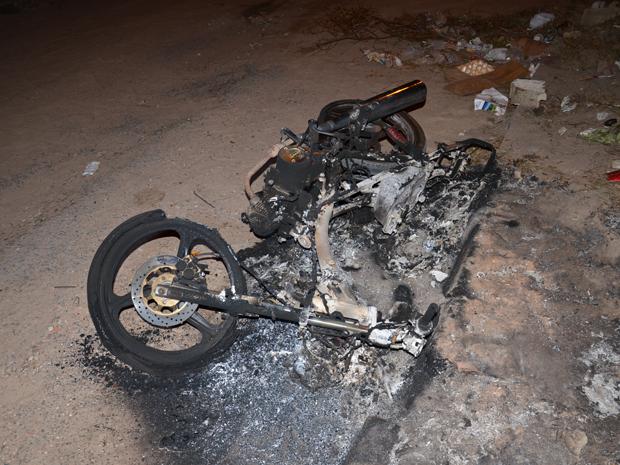 Moto é incendiada em João Pessoa (Foto: Walter Paparazzo/G1)