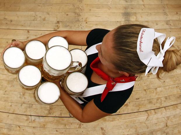 Garçonete carrega canecas de 1 litro na Oktoberfest de Munique, Alemanha (Foto: Reuters)