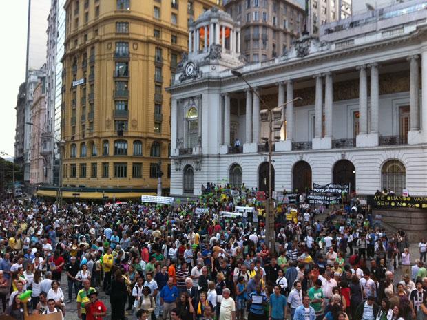 Manifestantes aguardam na praça início do ato contra a corrupção (Foto: Tássia Thum/G1)
