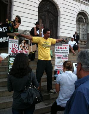 Homem se acorrenta em cruz no protesto contra corrupção no Rio de Janeiro (Foto: Leonardo Barreto de Camargo Salles/VC no G1)