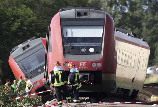 Bombeiros observam trem que saiu dos trilhos nesta terça-feira (20) em Bad Lausick, próximo a Leipzig, no leste da Alemanha  (Foto: AP)