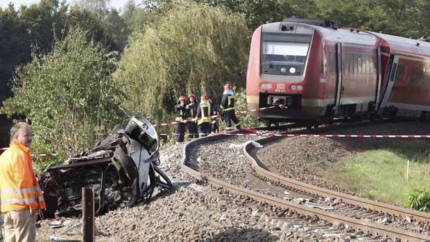 Cerca de 50 pessoas ficaram feridas após um trem regional bater em um carro e sair dos trilhos (Foto: AP)